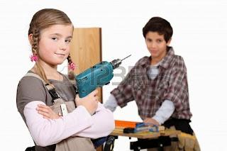 Hijos haciendo labores en casa