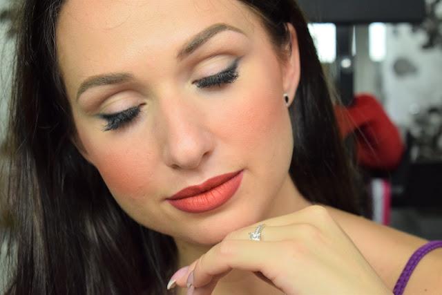 eyeliner e rossetto rosso