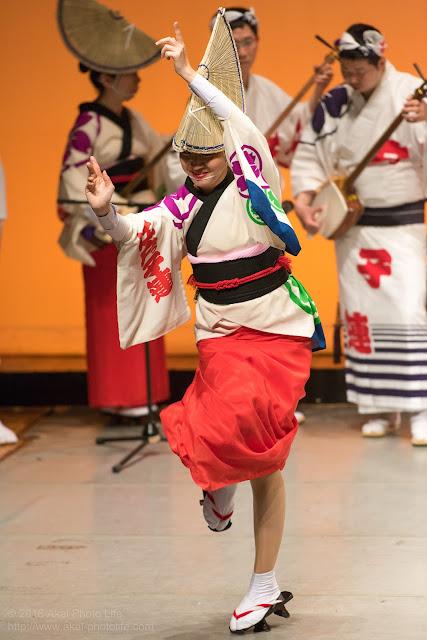 せいせき桜まつり、関戸公民館ヴィータ8Fのホールで阿波踊りを踊る江戸っ子連の女踊り写真