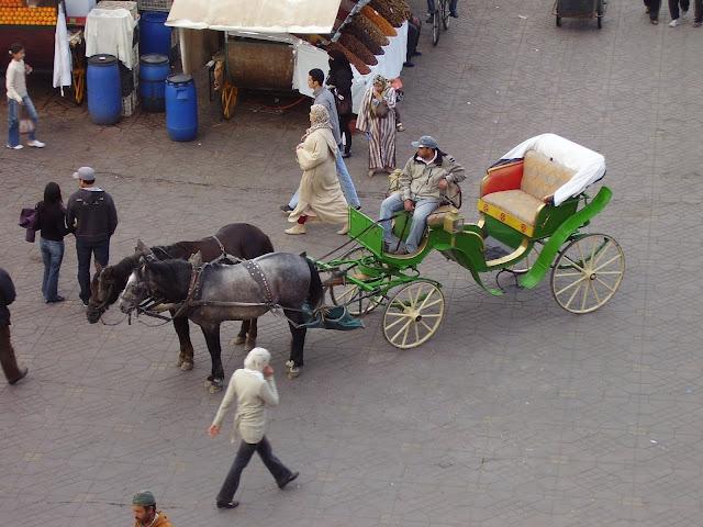 Coche de caballos en la Plaza de la Jemaa el Fna (Marrakech)
