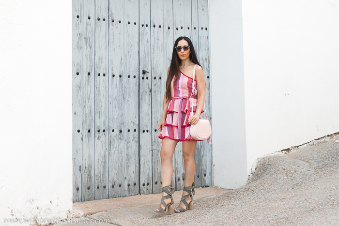 Blogger influencer tendencias pelo largo con ideas combinar look bonito estiloso con mini vestido y sandalias