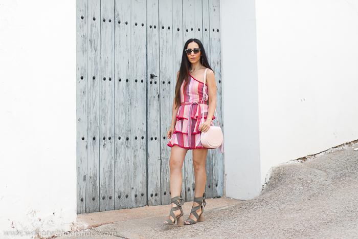 Blogger influencer tendencias pelo largo con ideas combinar look bonito estiloso con mini vestido y sandalias