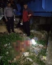 Polisi mengevakuasi jenazah korban.