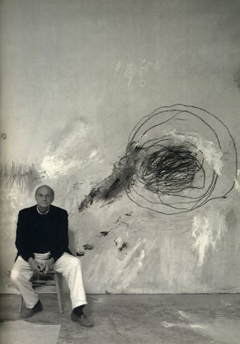 Cy Twombly devant son oeuvre