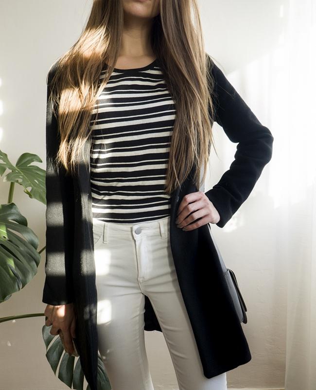 białe spodnie i  czarny płaszcz