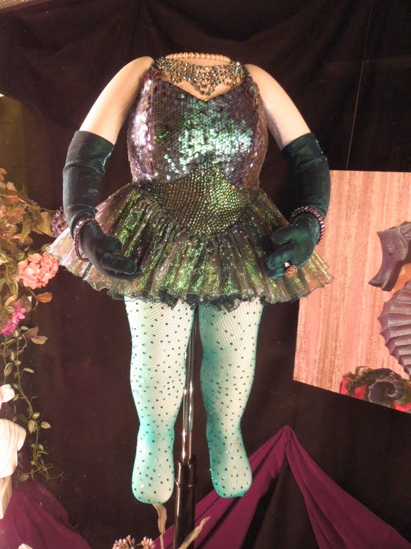 Miss Piggy opening number green sequin costume Muppets Most Wanted