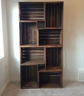 estantería hecha con cajones de madera recicladas