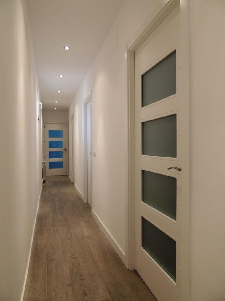 Decoracion puertas blancas suelo roble finest reforma - Puertas blancas lacadas ...