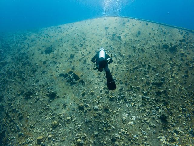 Buceo en el lateral del casco del Cedar Pride, Aqaba, mar Rojo, Jordania