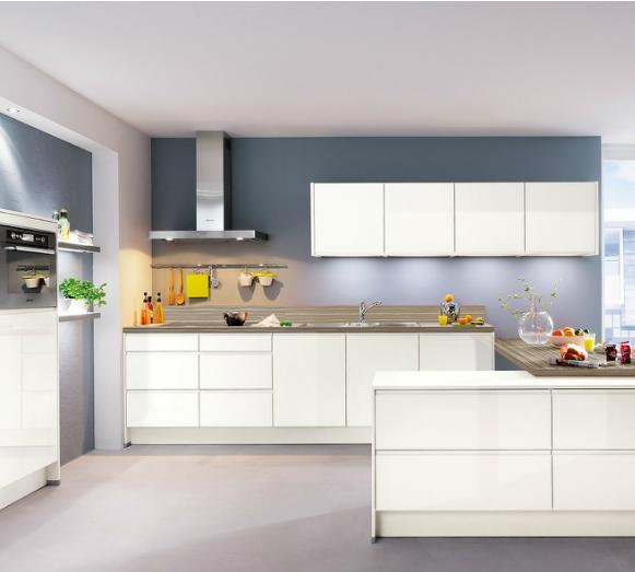 cocina-blanca-con-pared-azul