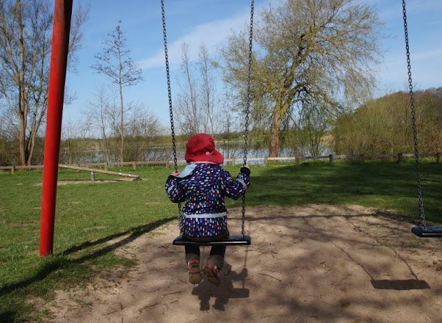 Kinder brauchen Abenteuer! Zwei spannende Abenteuer-Spielplätze in der näheren Umgebung von Kiel. Der Robinson Spielplatz in Preetz bietet beim Schaukeln einen tollen Blick auf den Postsee.