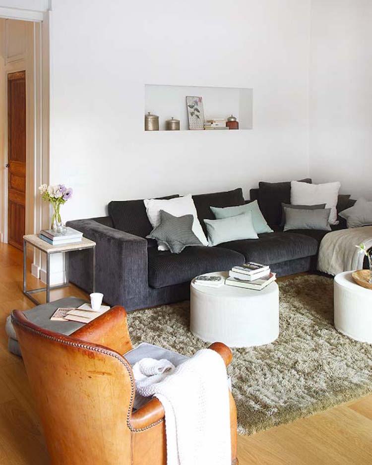 salón con muebles auxiliares de madera y hierro