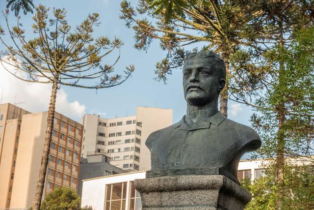 Busto em homenagem a José Pereira Santos Andrade localizado na Praça Santo Andrade, em Curitiba