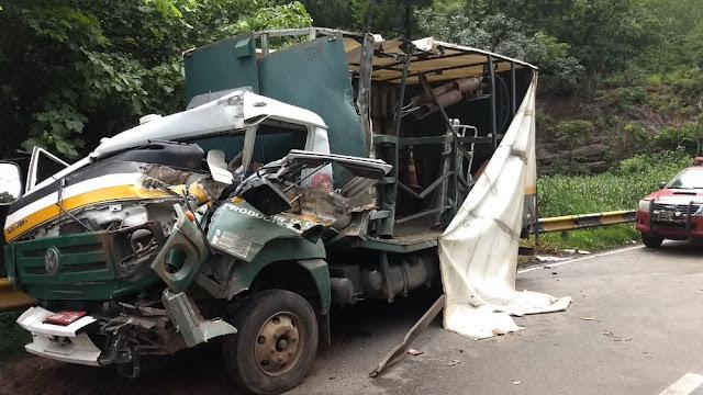Acidente entre caminhão e carreta durante chuva mata motorista na BR 364