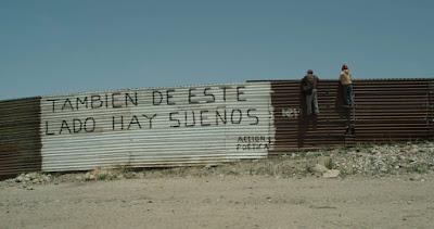 """Muro entre Mexico y EEUU en el que se lee """"También de este lado hay sueños"""""""