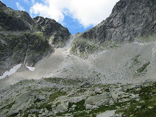 Widok na Lodową Przełęcz (słow. Sedielko; 2372 m n.p.m.).