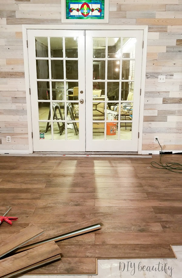 Driftwood laminate floors are a great farmhouse shade!