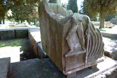 Sarcofago romano a Ostia Antica
