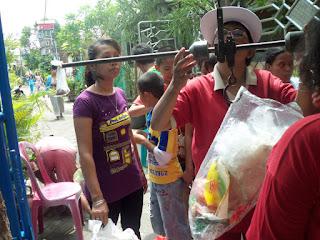 Warga dengan sukarela membawa Sampah Kering rumah tangga untuk disetorkan ke Bank Sampah.
