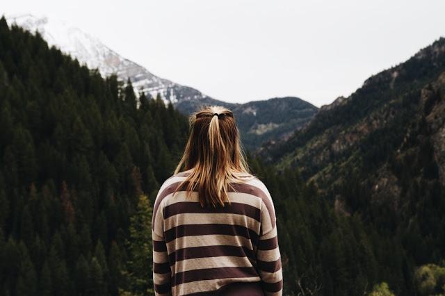 Garota na floresta