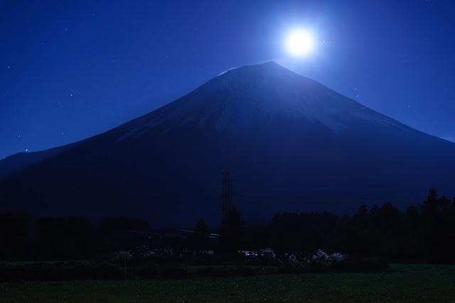 月と富士山~朝霧高原(静岡)