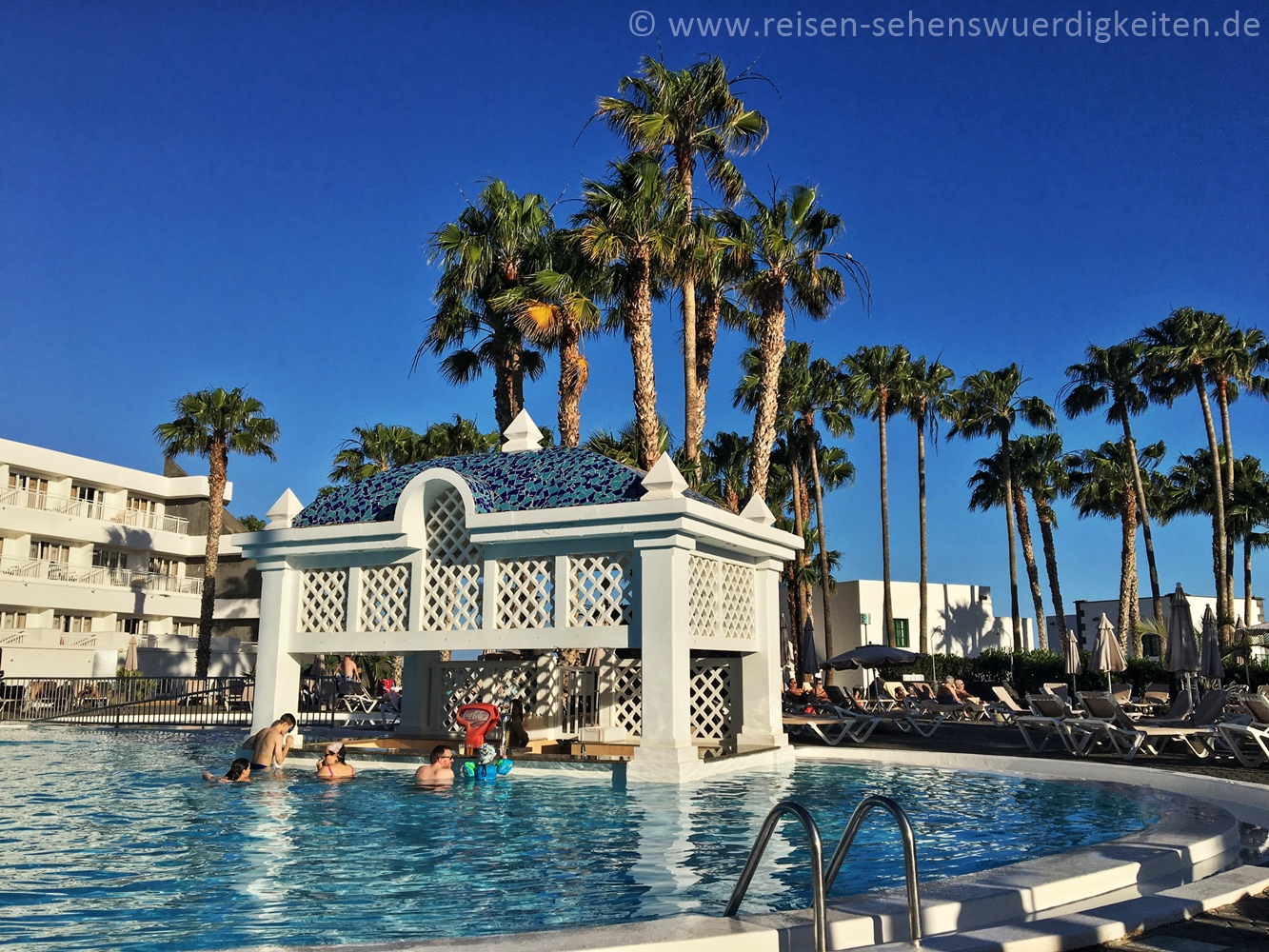 Pool mit Poolbar im Hotel Riu Paraiso Lanzarote