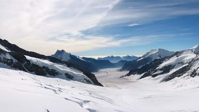 Winterlandschap met sneeuw en bergen
