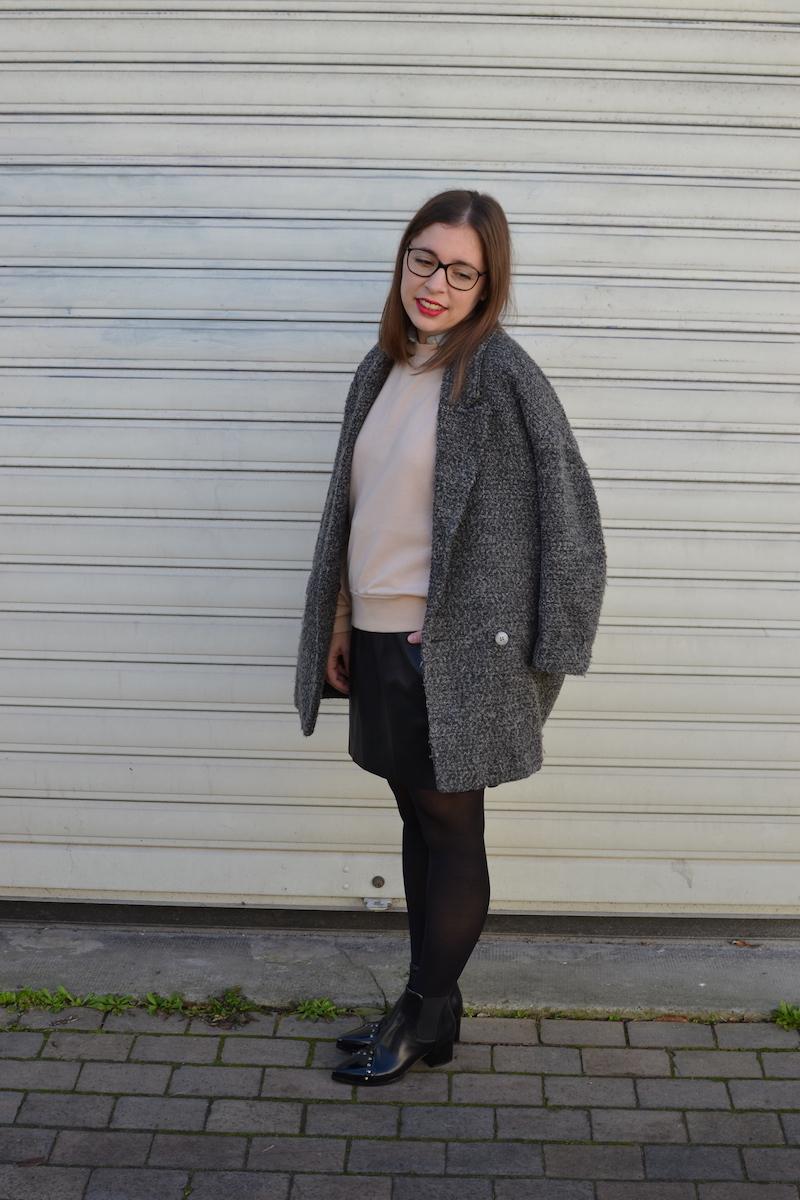 manteau gris chiné H&M, jupe simili cuir Zara, sweat rose H&M, bottines noires à clous Zaful