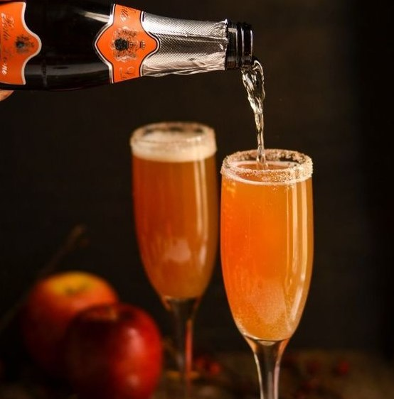 CRISP & DELICIOUS CINNAMON APPLE CIDER MIMOSA #Drink #Mimosa