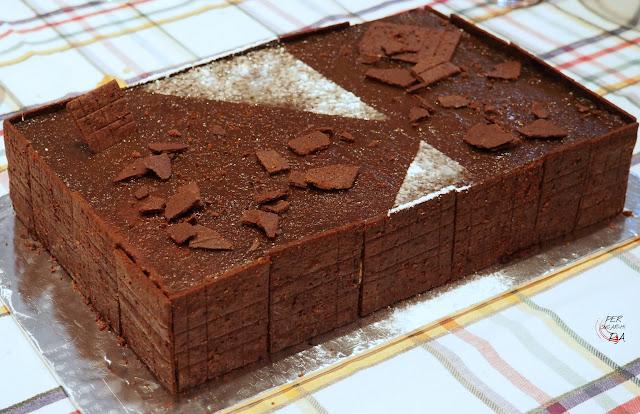 Tarta de chocolate, castañas y café. Con un esponjoso bizcocho de cacao, mousse de castañas asadas y una crema pastelera de café, decorada con galletas de cacao.