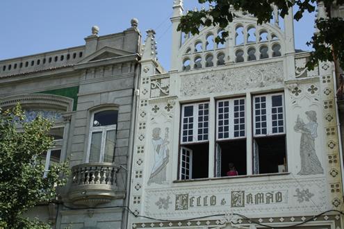 Creative guide to colorful Porto - Lello bookshop | Happy in Red
