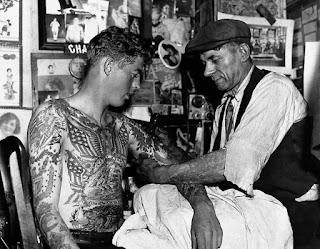 escena tatuando 1