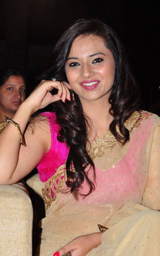 Heroine Isha Chawla Hot Photos In Yellow Saree