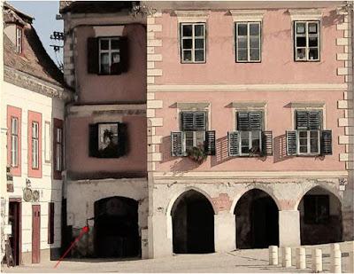 Turnul Aurarilor înglobat unei clădiri de secol XVI, în Piața Mică. Intrarea în Pasajul Aurarilor
