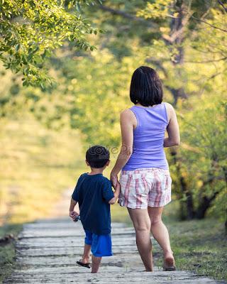 poses tumblr de mama con hijos de espaldas