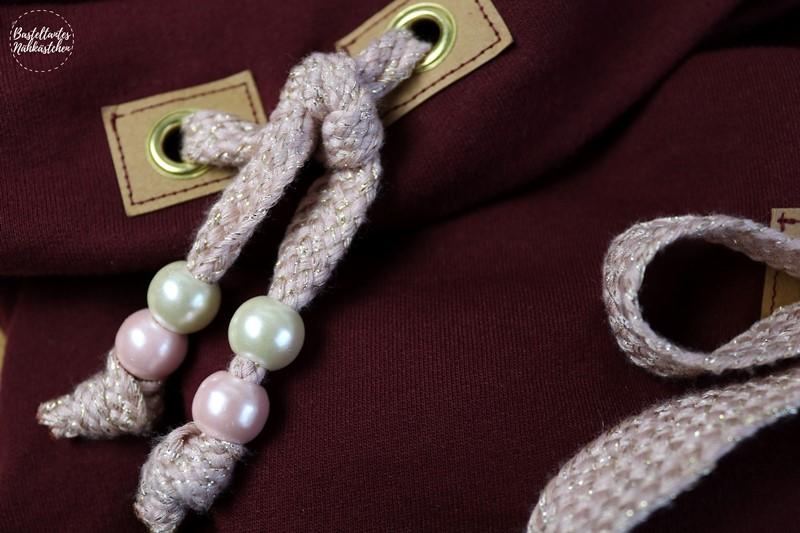 Details Glitzer Kordel an Pullover Tante Herta mit Kragen aus bordeaux rotem Sweat Schnittmuster von Echt Knorke