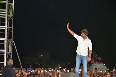 Tollywood-Hero-Nani-Handling-Warangal-Crowd-At-MCA-Pre-Release-Event-Andhra-Talkies-Telugu.