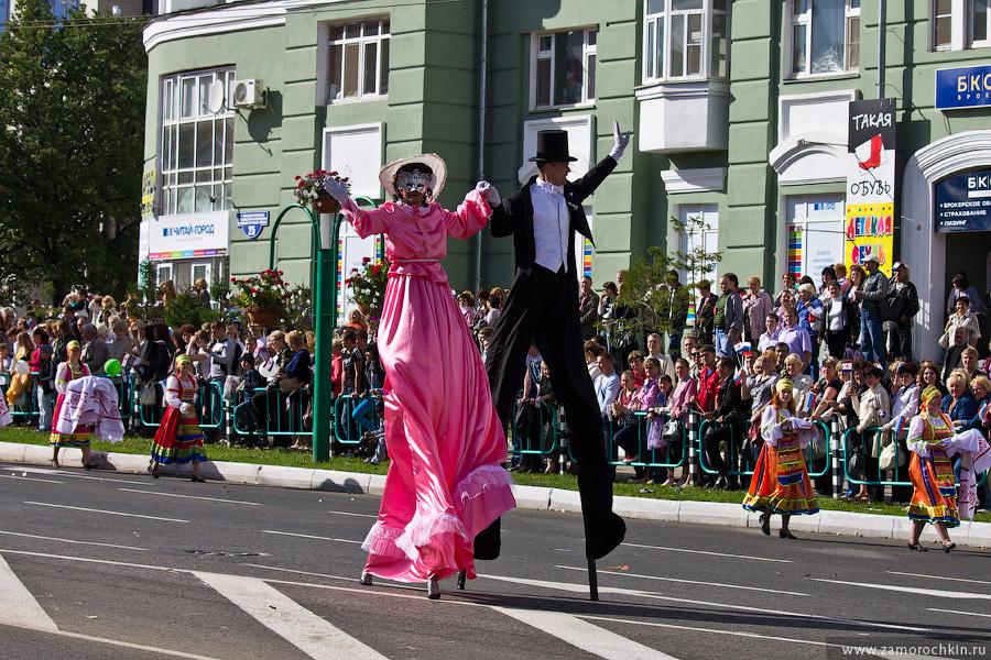 На ходулях. На праздновании тысячелетия единения мордовского народа с народами России