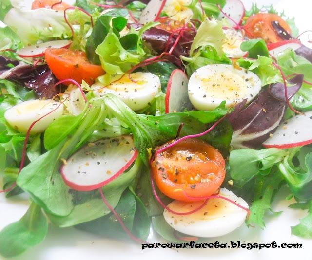 sałatka  warzywna z jajkiem i kiełkami