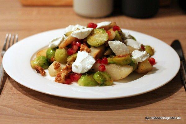 Winterlicher Salat mit gebratenen Birnenspalten, geröstetem Rosenkohl, Walnüssen und Ziegenfrischkäse