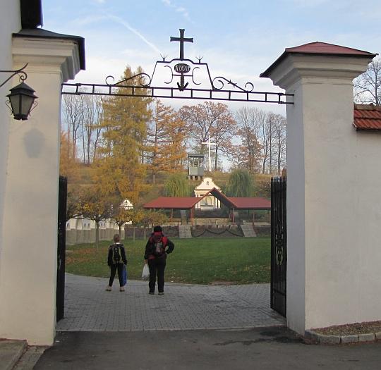 """Szczyrzyc. Plac przyklasztorny tzw. """"Szczyrzyckie Błonia""""."""