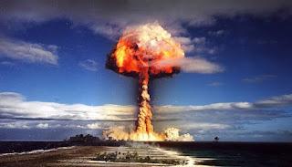 Um video msotra o chão desaparecendo quando fizeram um teste com uma bomba nuclear