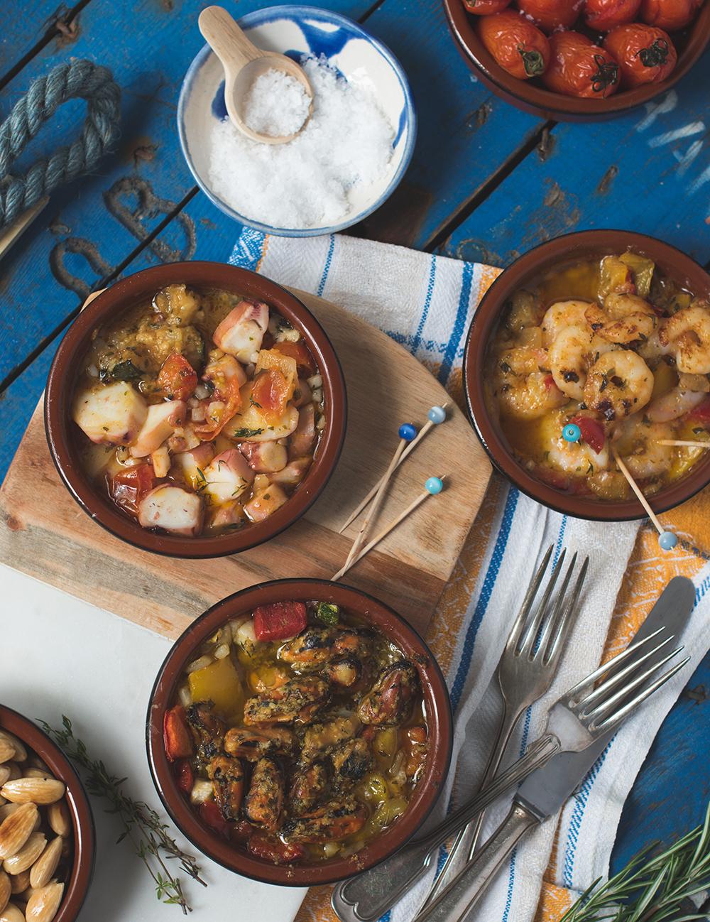 Genial einfacher Tapas Abend mit Frutti di Mare, Patatas Bravas, gebackenen Pilzen und Salzmandeln