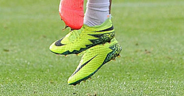 huge discount 4243b eabf0 Arsenal's Chris Willock Modifies Dynamic Fit Collar of Nike ...