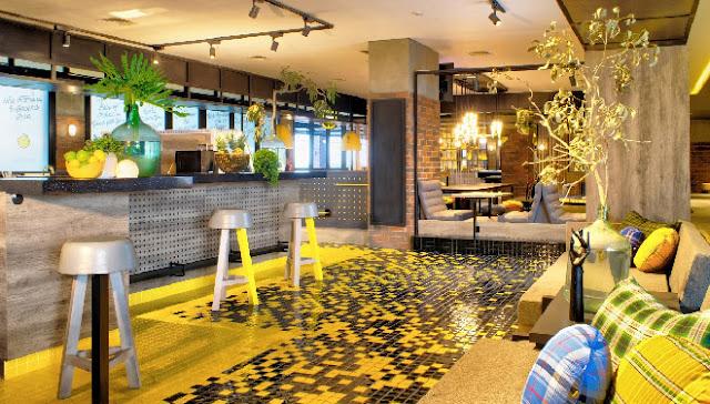 Area lobby hotel yang menyatu dengan Verve Bistro & Coffee Bar