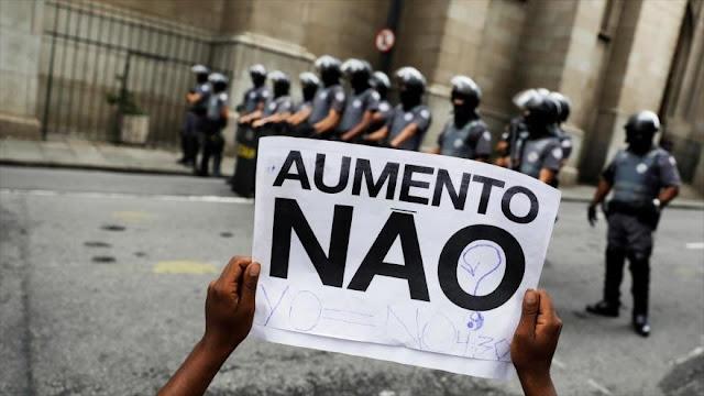 Brasileños protestan contra subida del precio de transporte
