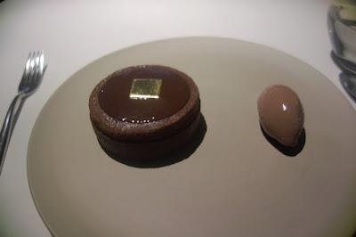 Tarte soufflée au chocolat, sorbet.