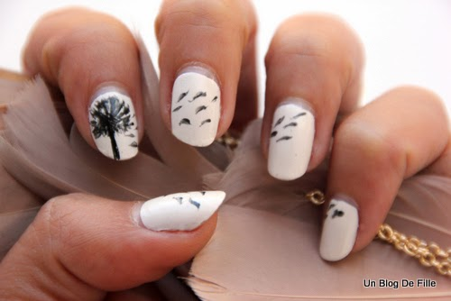 http://unblogdefille.blogspot.fr/2014/06/nail-art-black-and-white-de-printemps.html