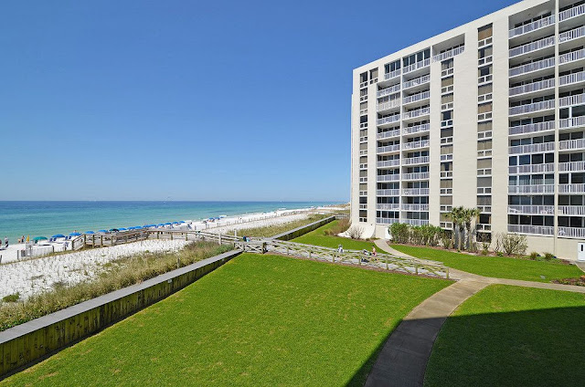 Shoreline Towers is situated in the heart of Destin, located minutes from some of the best dining, shopping, golf courses, and water sports in Destin.