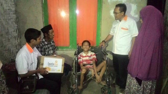 Team Lazismu Jember bersama Kades Karangkedawung mengunjungi Rizki